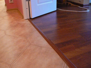 Монтаж порожка между плиткой и ламинатом